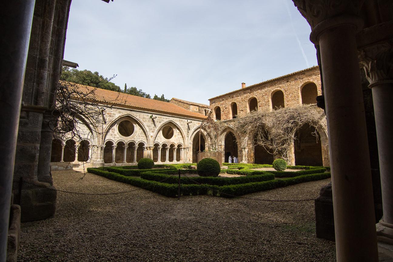 Claustro con jardin en la abadia de Fontfroide