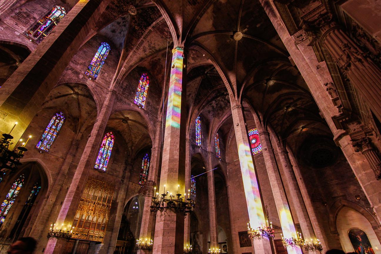 Columnata Catedral de Mallorca llena de color