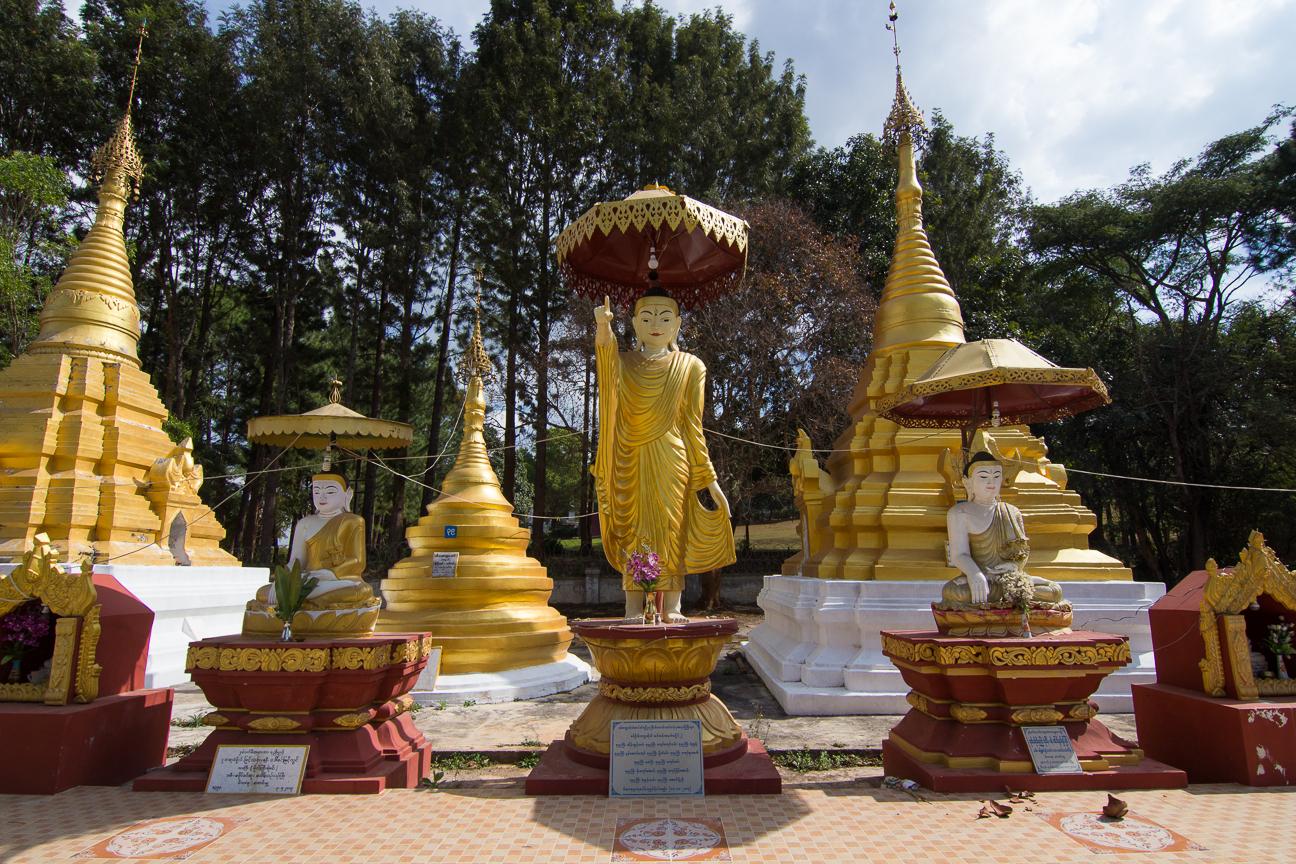 Curiosos budhas en Shwe Oo Min Paya