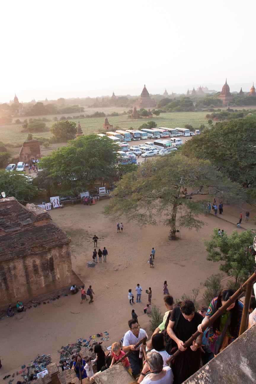 Decenas de buses en Bagan