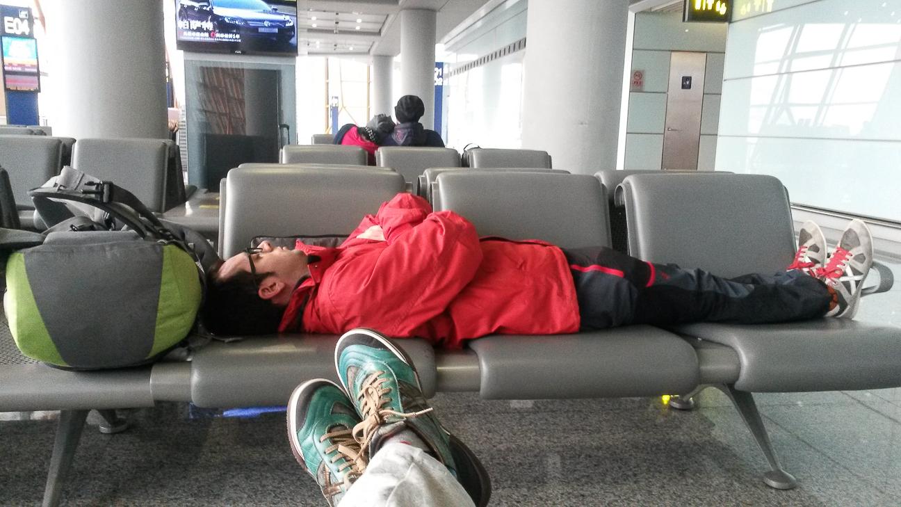 Descansando en aeropuerto haciendo escala