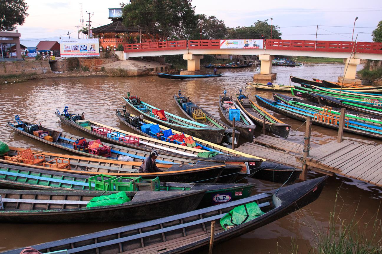 Embarcadero de Nyaung Shwe en el que te ofrecian botes a todas horas