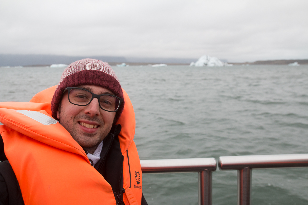En barco por la laguna de icebergs