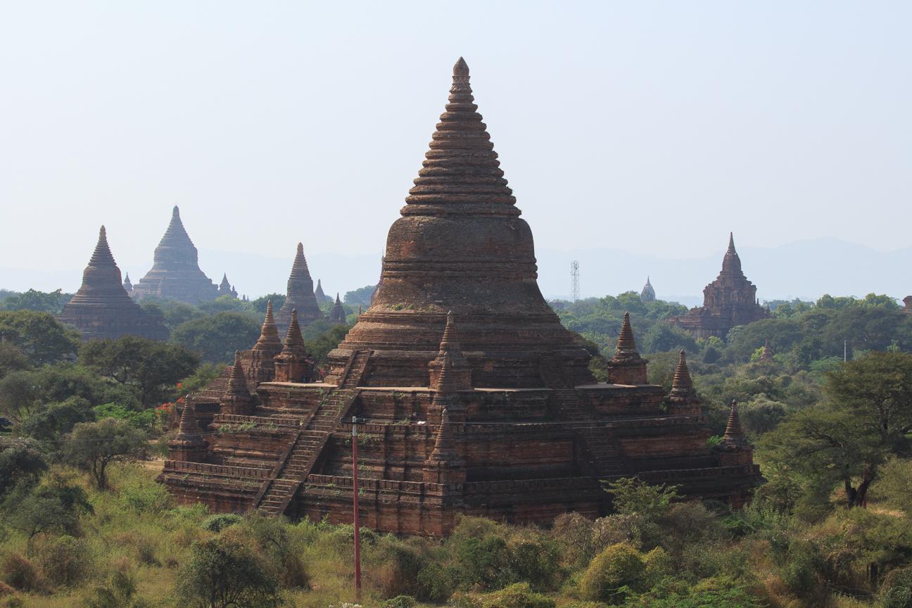 Enorme pagoda de ladrillo en Bagan