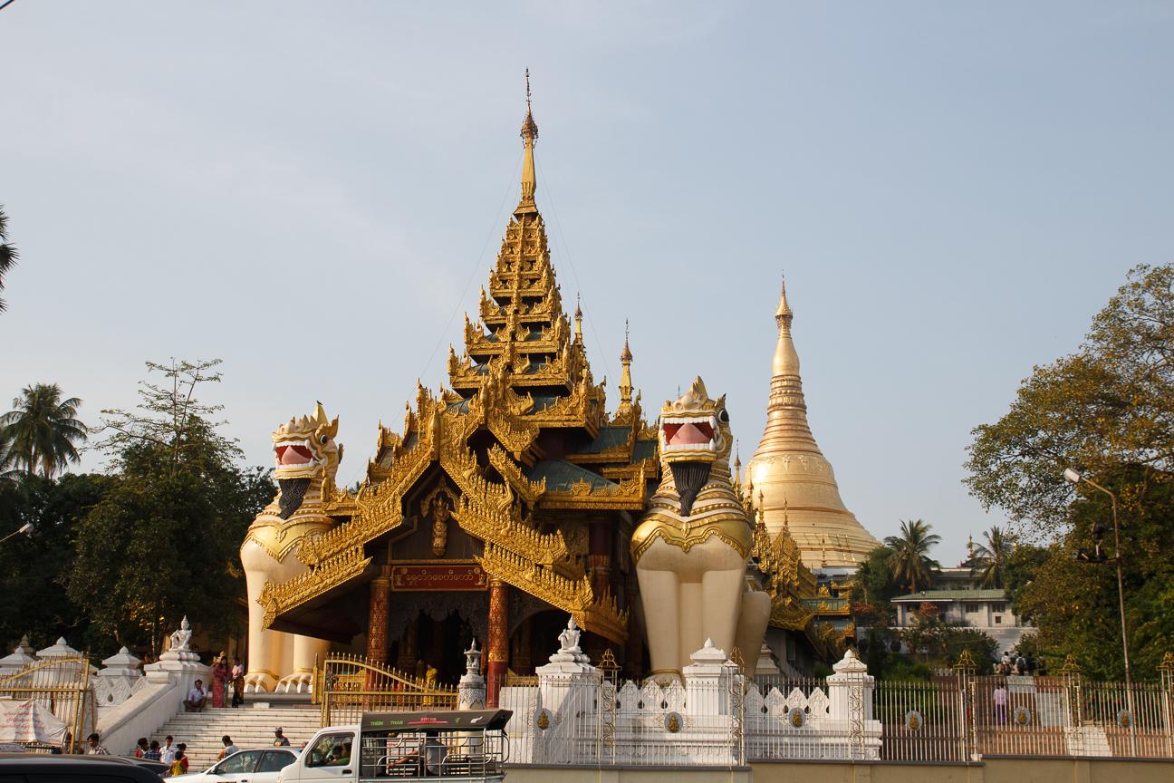 Escalinata hacia la Shwedagon Pagoda