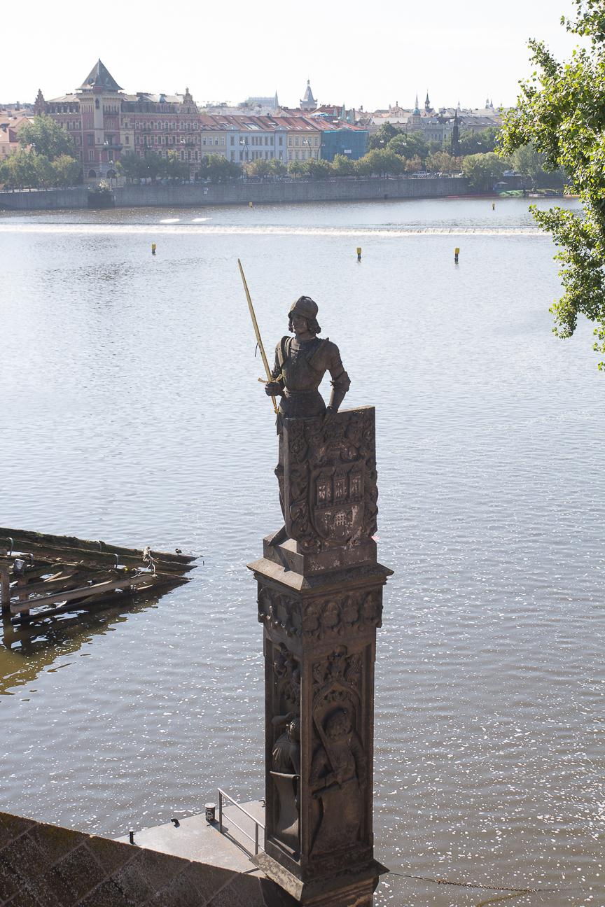 Estatua de San Bruncvik en el puente de Carlos de Praga