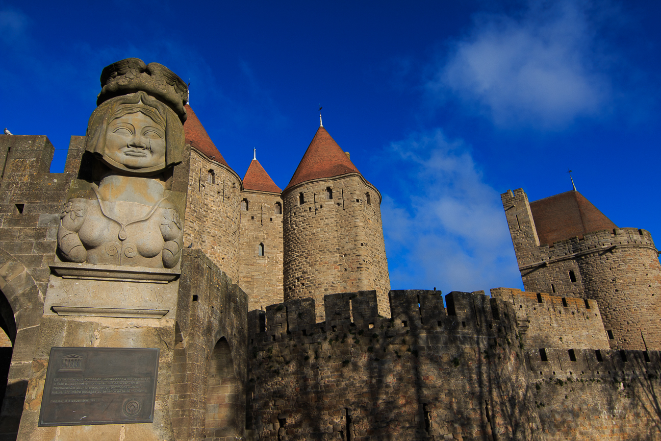 Estatua en la puerta de entrada de Carcassonne
