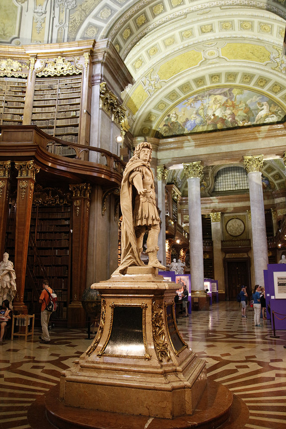 Estatua central en la biblioteca Nacional Austriaca