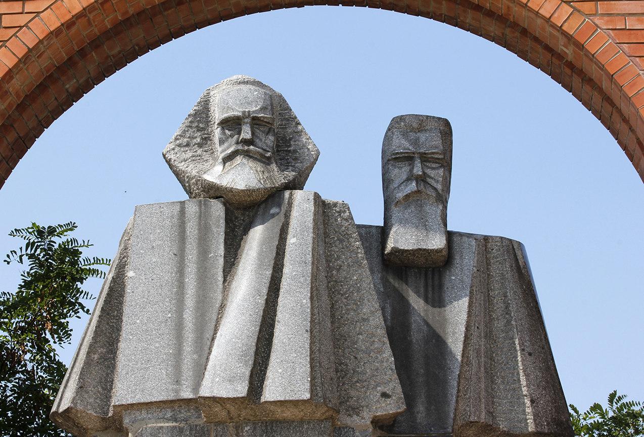 Estatua cubista de Karl Marx y Frederick Engels en el Memento Park