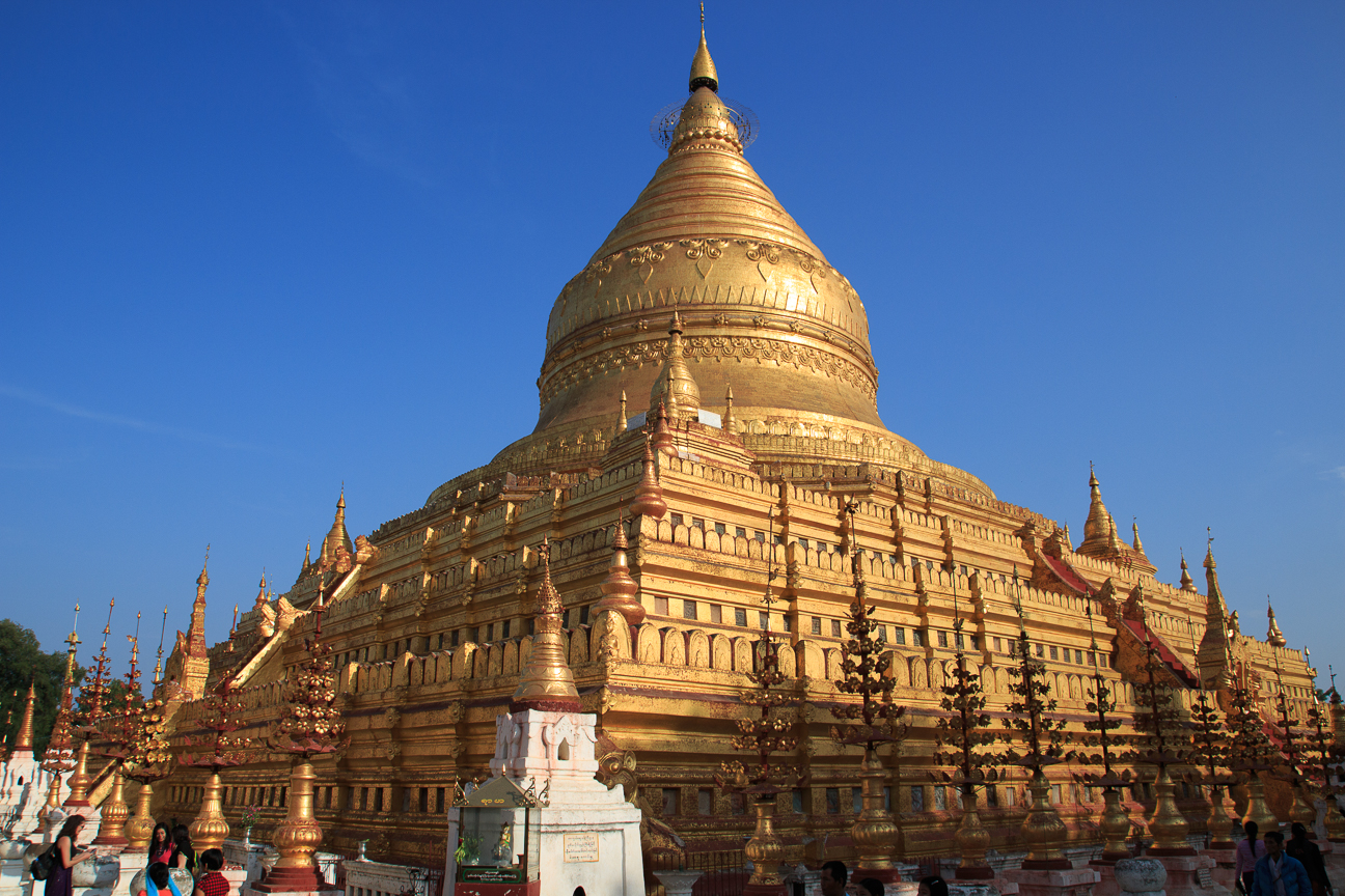Estupa dorada en templo de Bagan