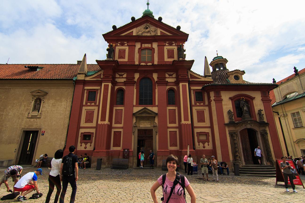 Fachada de la Basilica de San Jorge en el Castillo de Praga