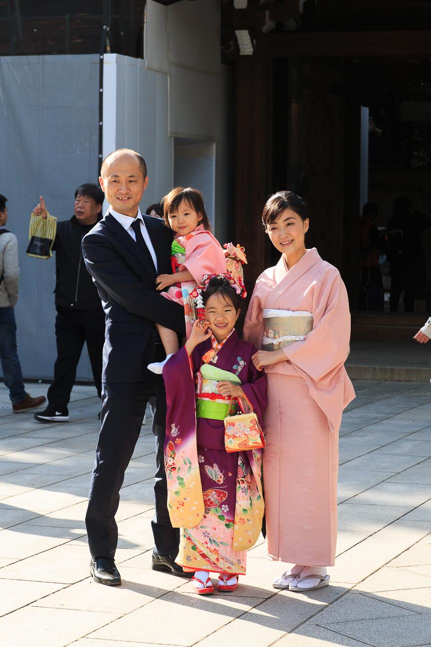 Familia japonesa vestida con kimonos y traje