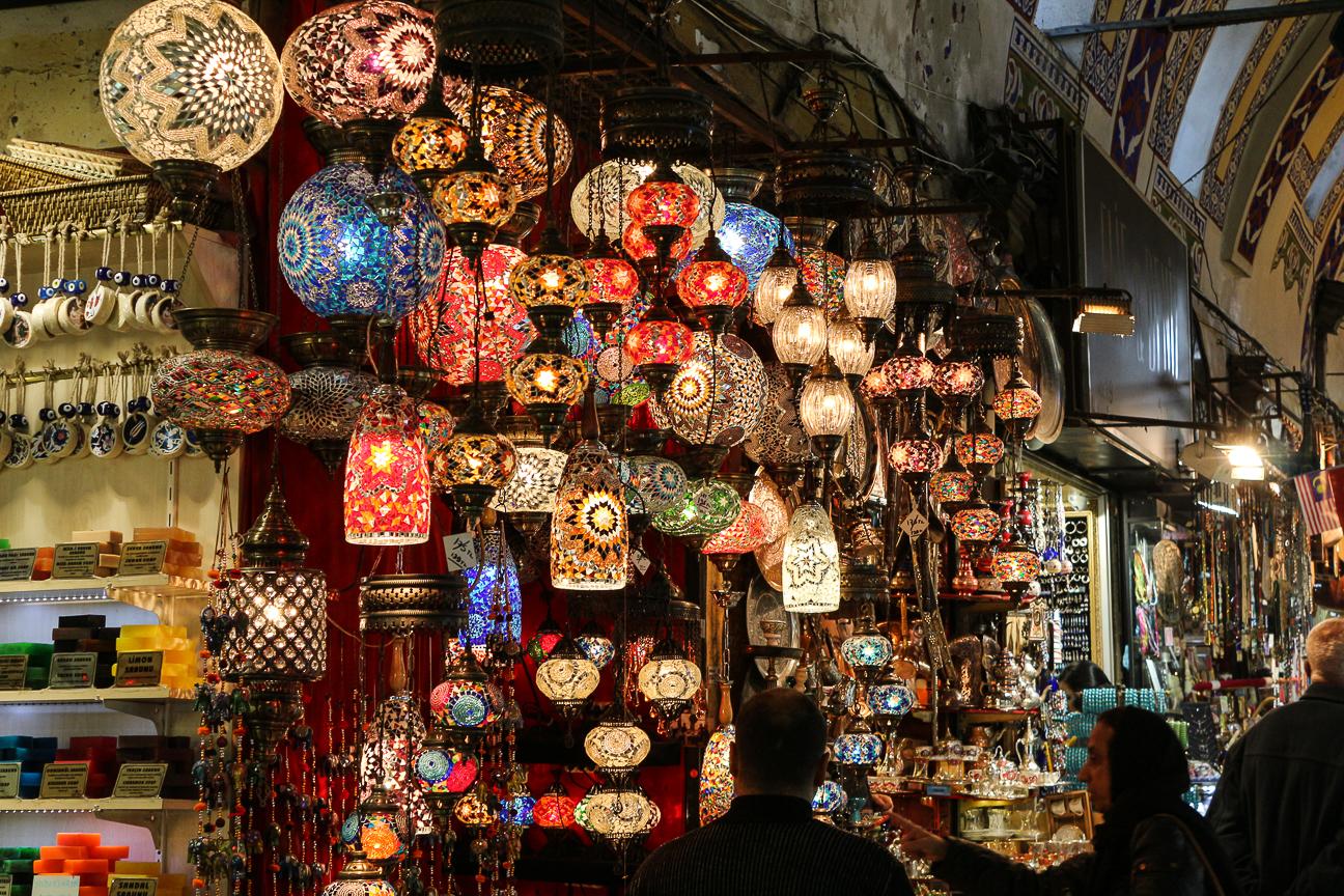 Farolillos en el gran bazaar de Estambul