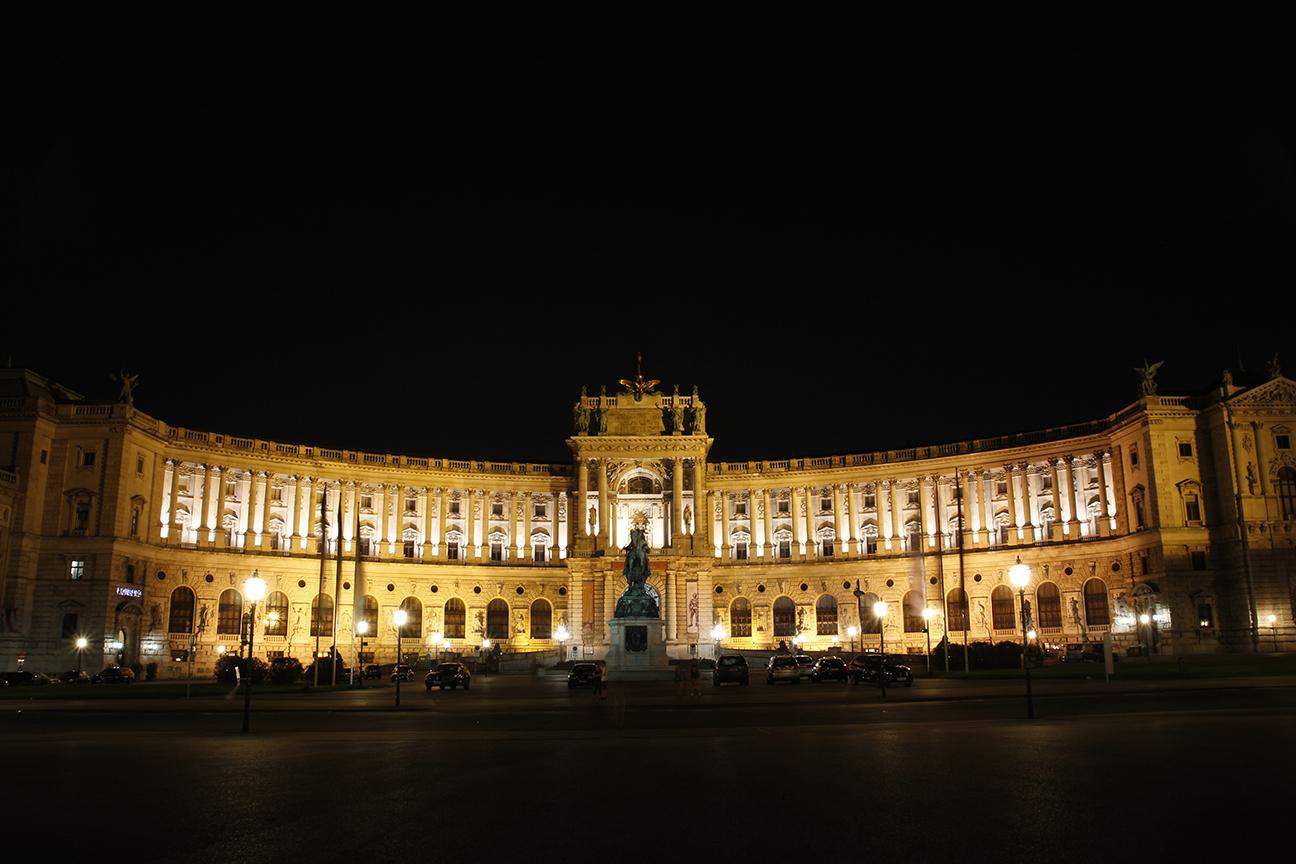 Foto nocturna del Hofburg de Viena