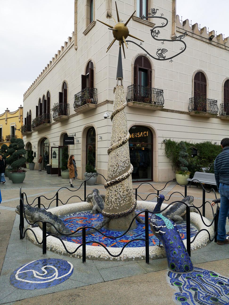 Fuente estilo gaudi Roca Village
