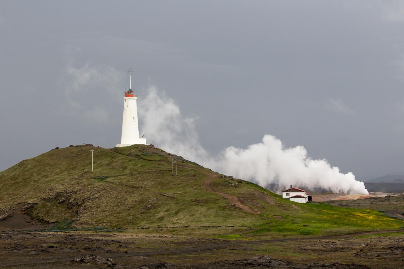 Faro junto a una inmensa fumarola en Islandia