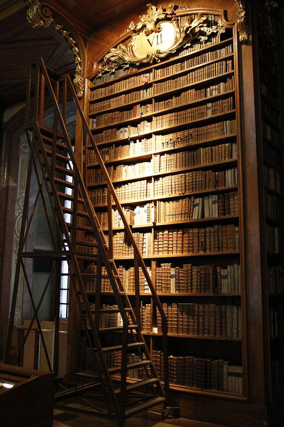 Gigantesca libreria en la Biblioteca Nacional Austriaca