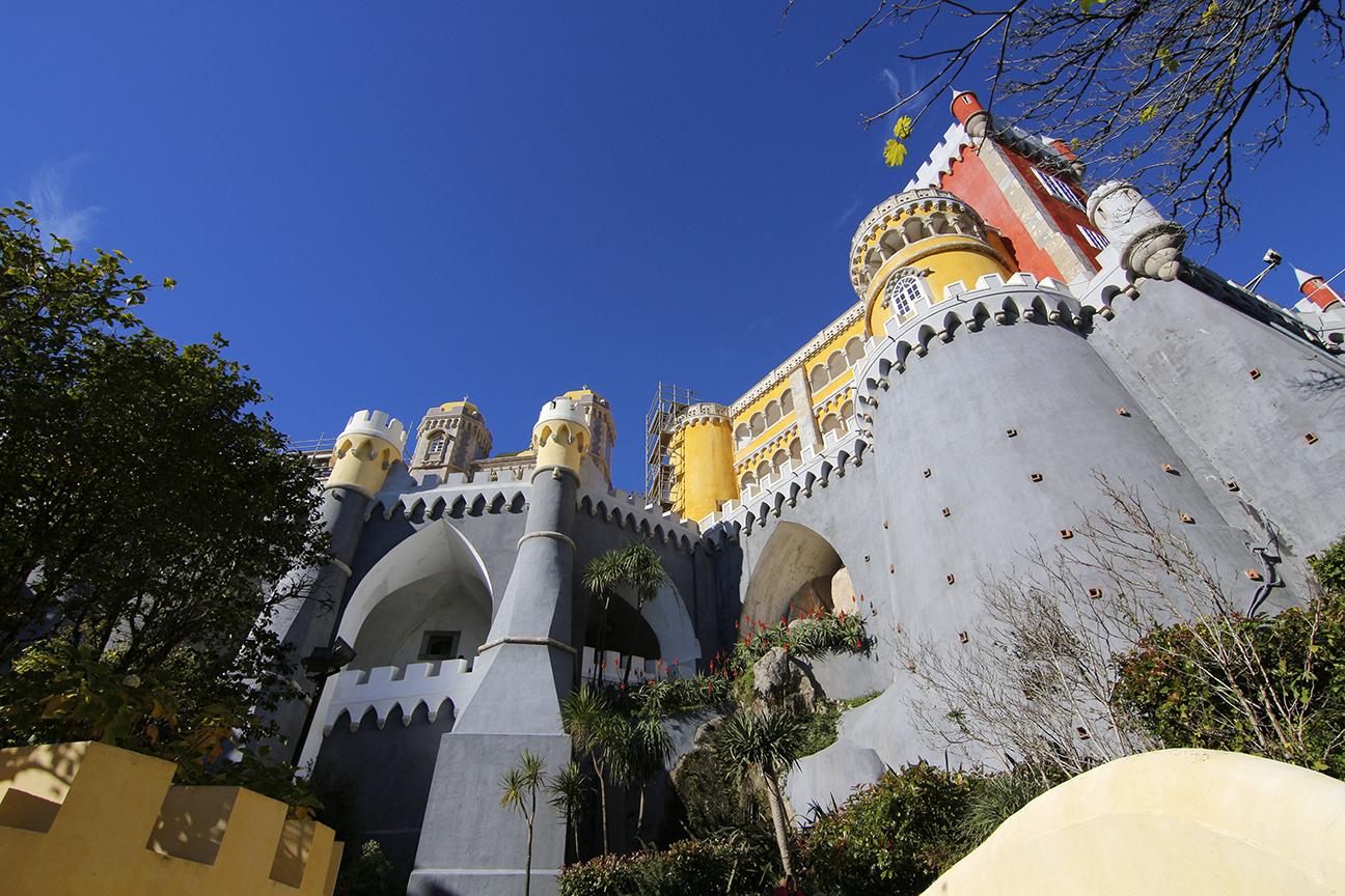 Grandes muros del Palacio da Pena