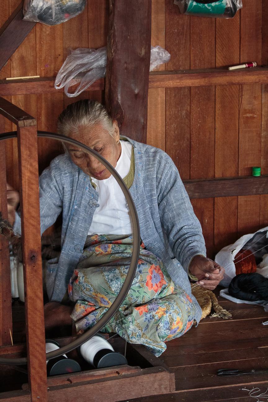 Haciendo hilo de la flor de loto en Myanmar
