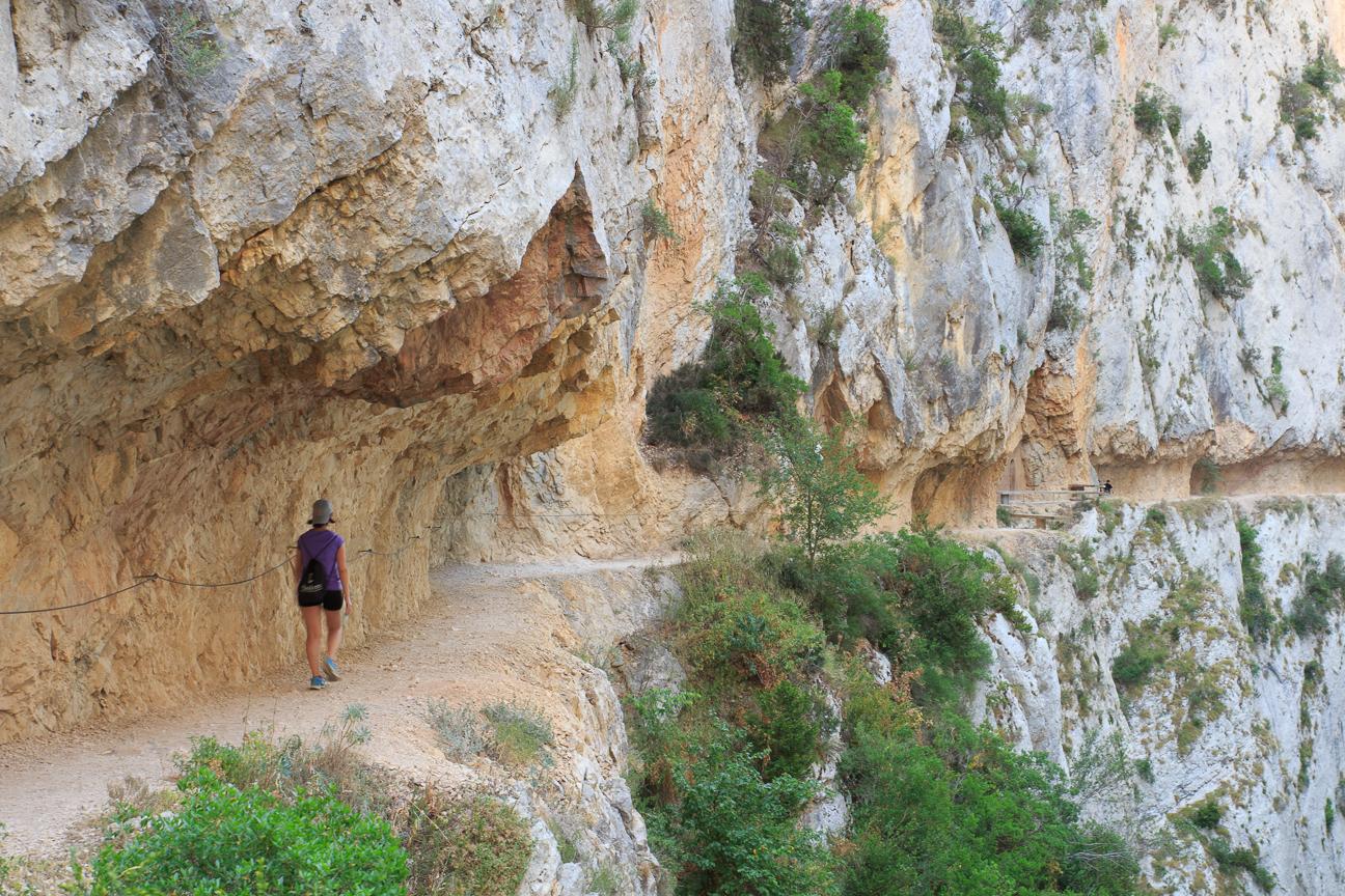Henar caminando por el camino excavado en la roca