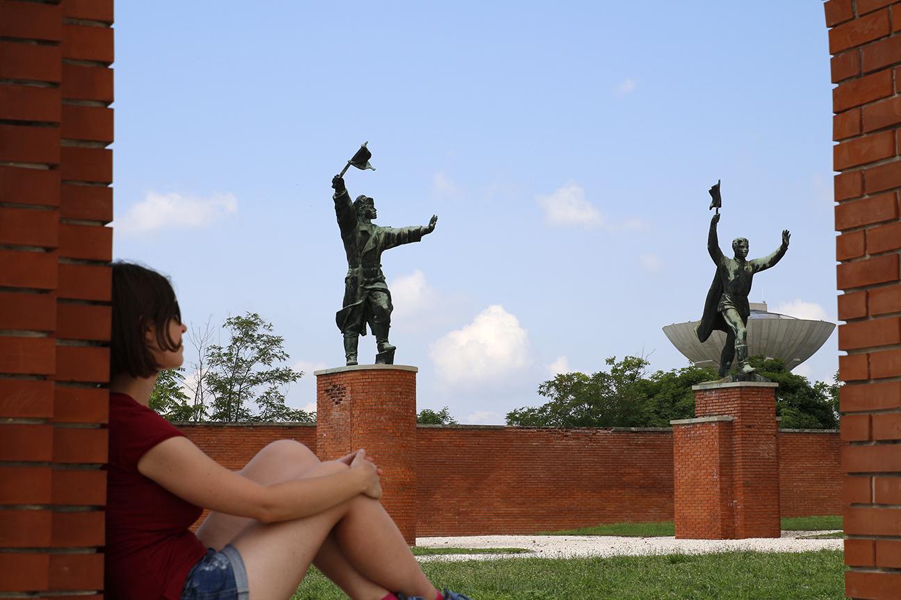 Henar descansando en el Memento Park