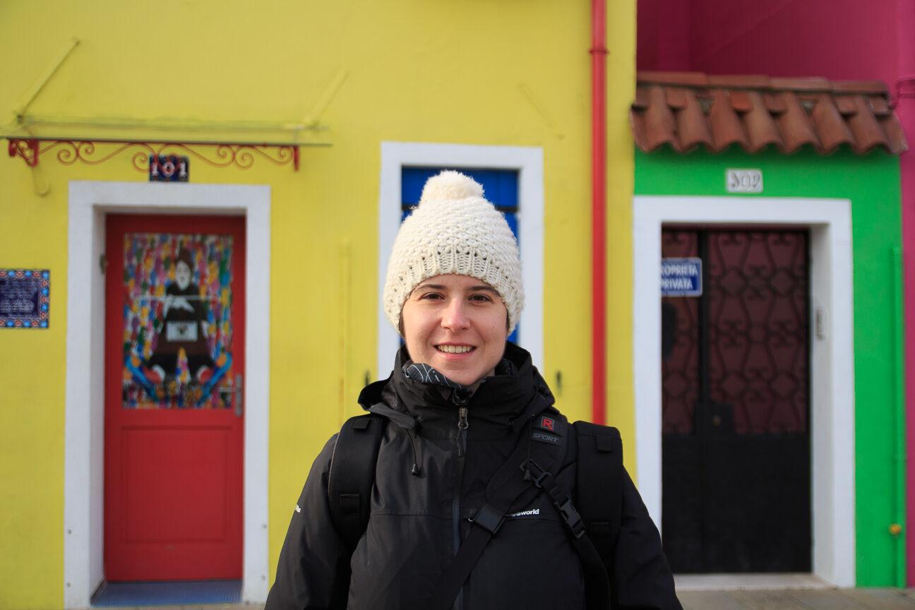 Henar frente a las coloridas casas de pescadores de Burano