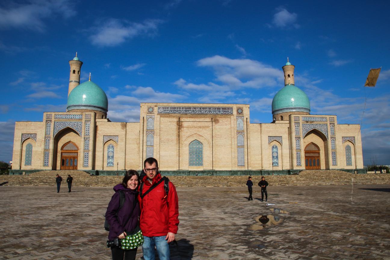 Henar y Aitor en el complejo Hazrat Imam de Tashkent