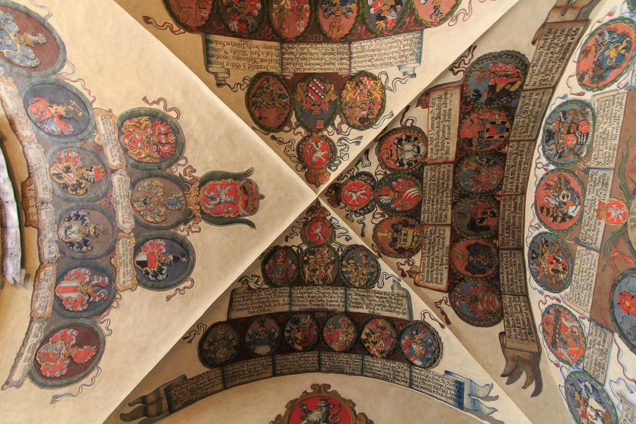 Heraldica en el techo del Palacio Real de Praga