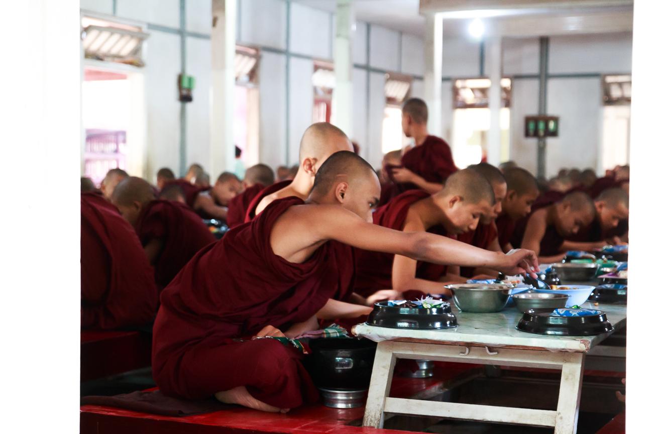 Hora de la comida en el monasterio de Amarapura