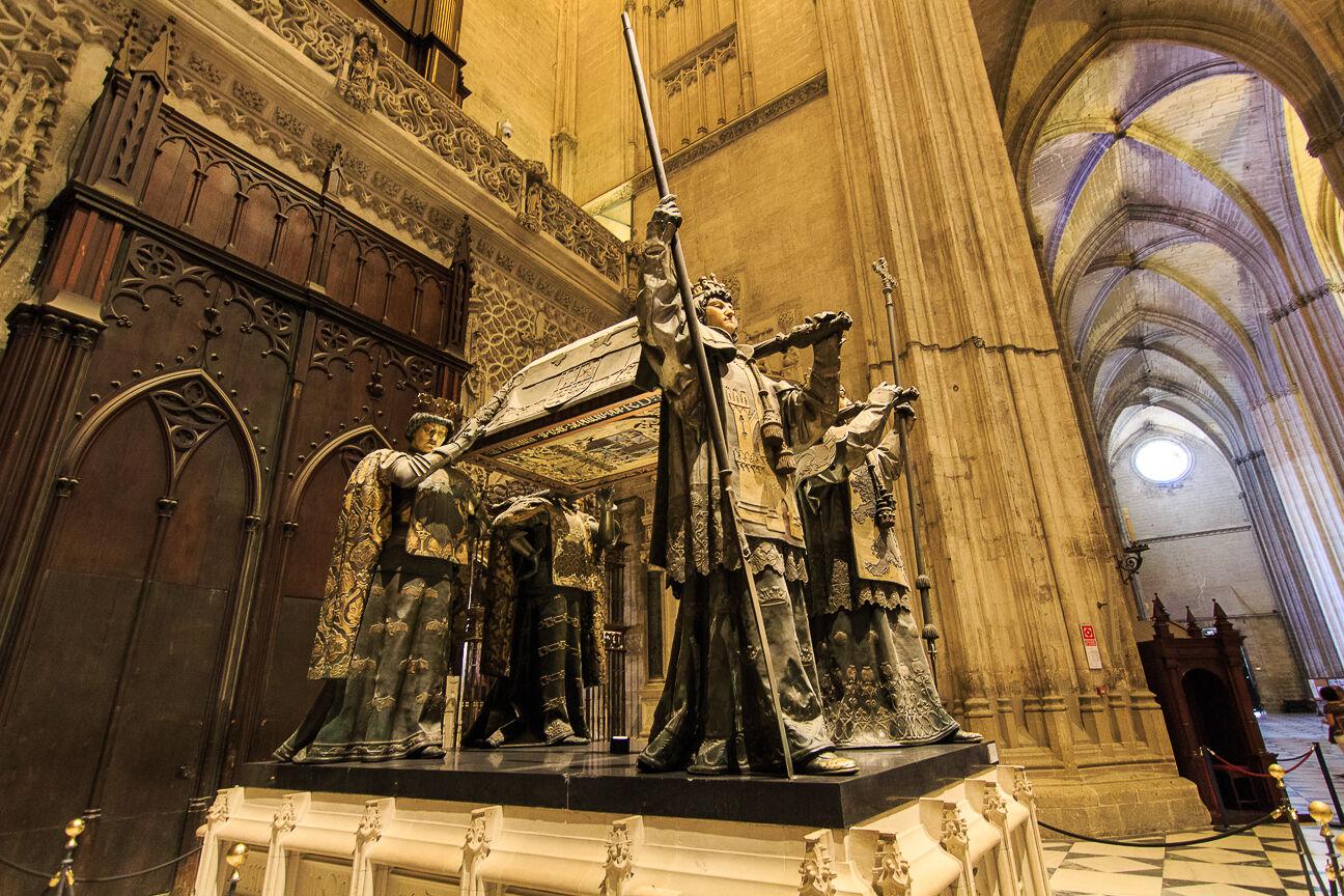 Impresionante feretro de Colon en la Catedral de Sevilla