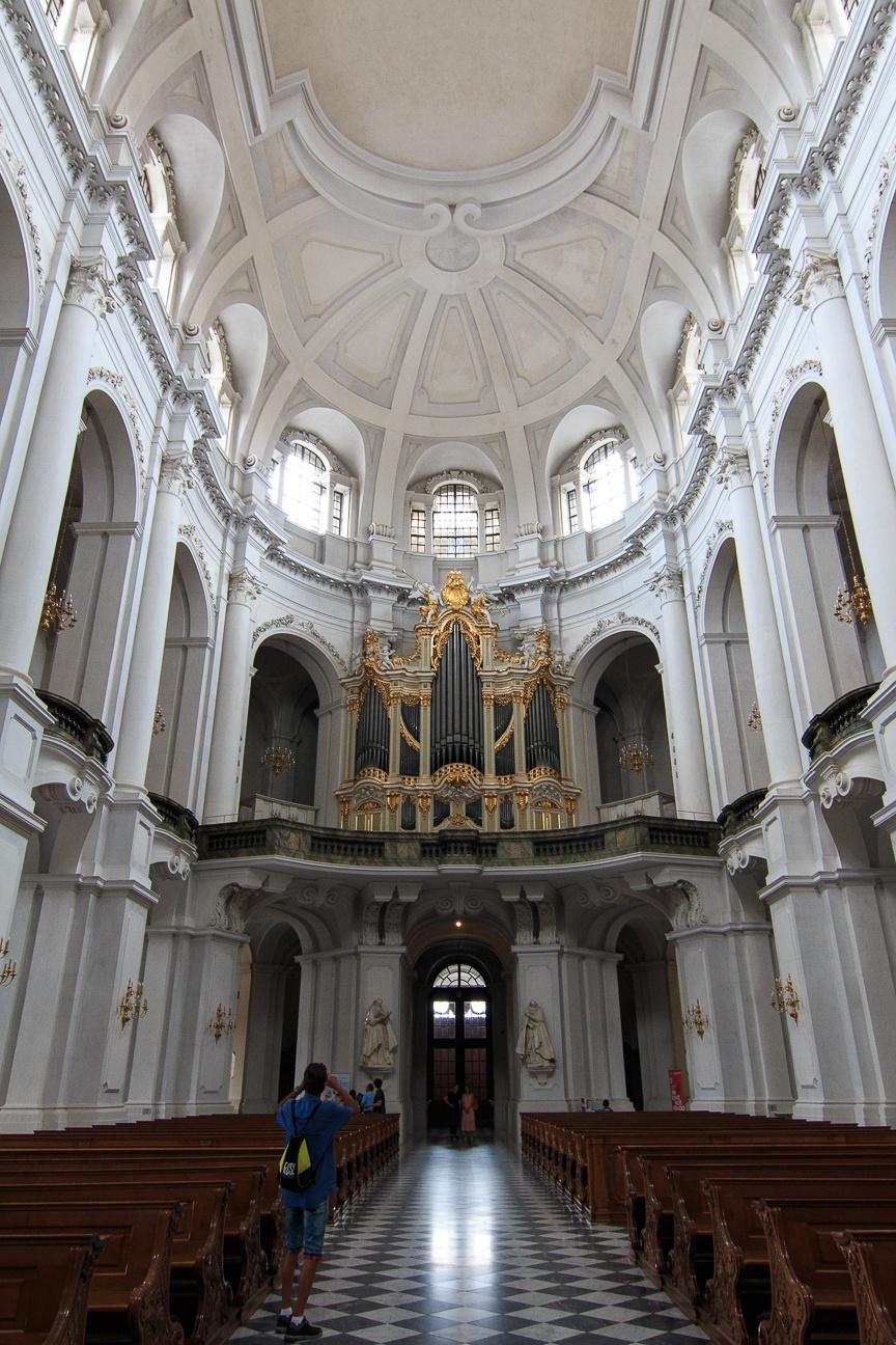 Interior de la Hofkirche en Dresde Alemania