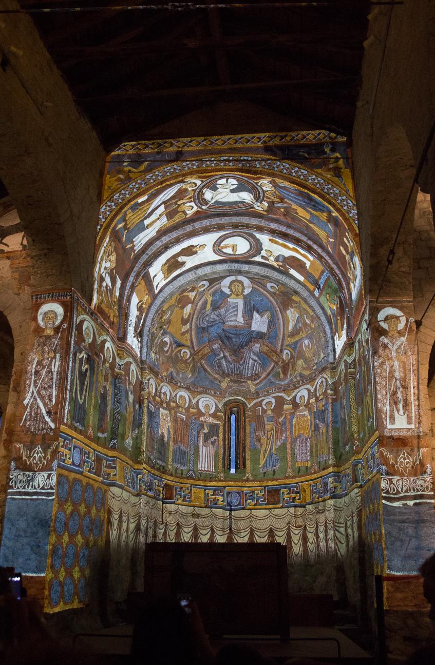 Interior de Sant Climent de Taull completo con mapping