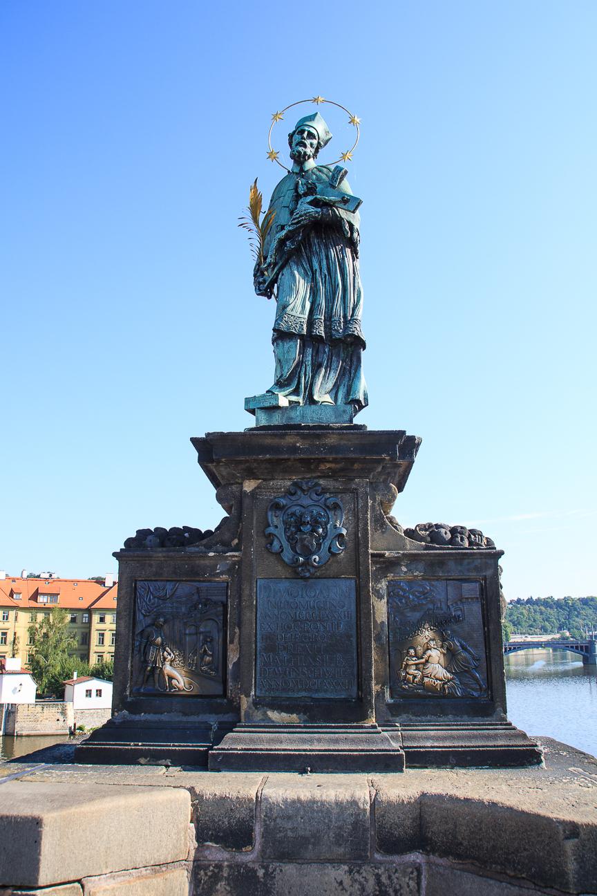 Juan Nemopuceno en el puente de Carlos de Praga