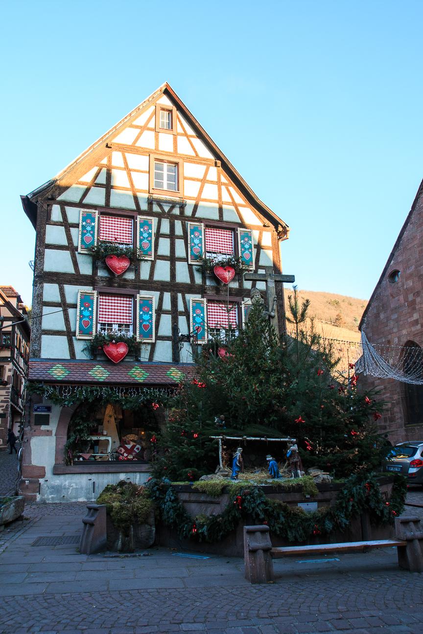 Pesebre en la plaza de la Iglesia en Kayserberg