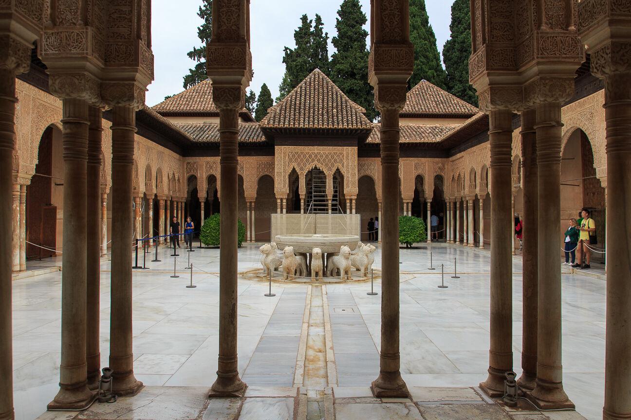 La famosa fuente de los leones en Granada