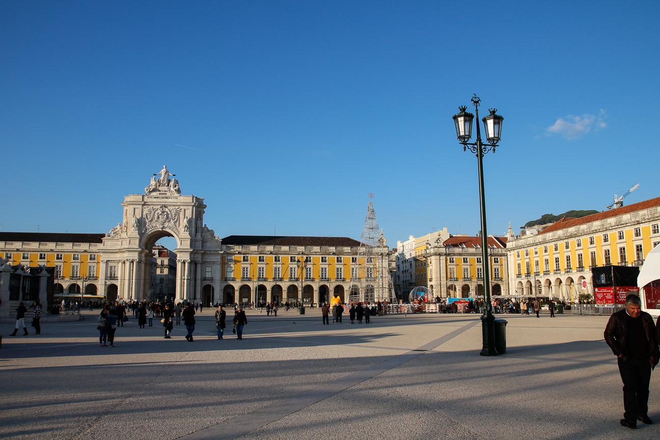 La enorma plaza do comercio en Lisboa