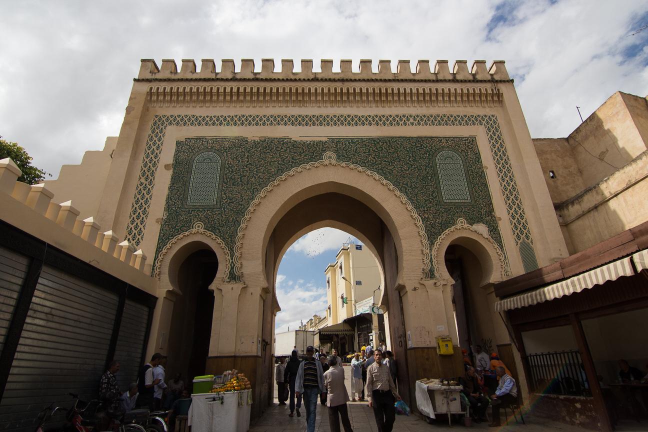 La puerta azul vista desde dentro de la medina