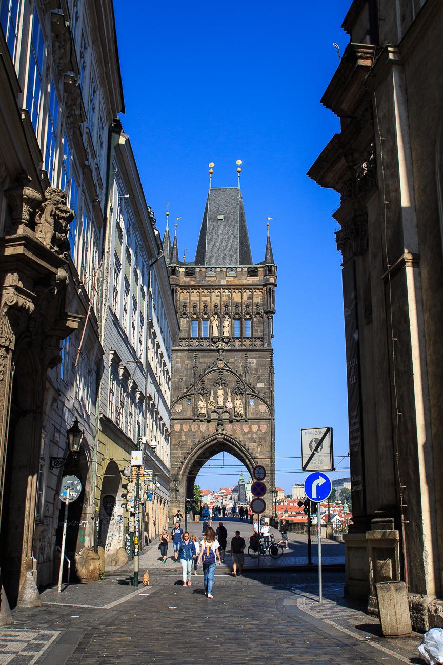Llegando al puente de Carlos de Praga desde la ciudad vieja