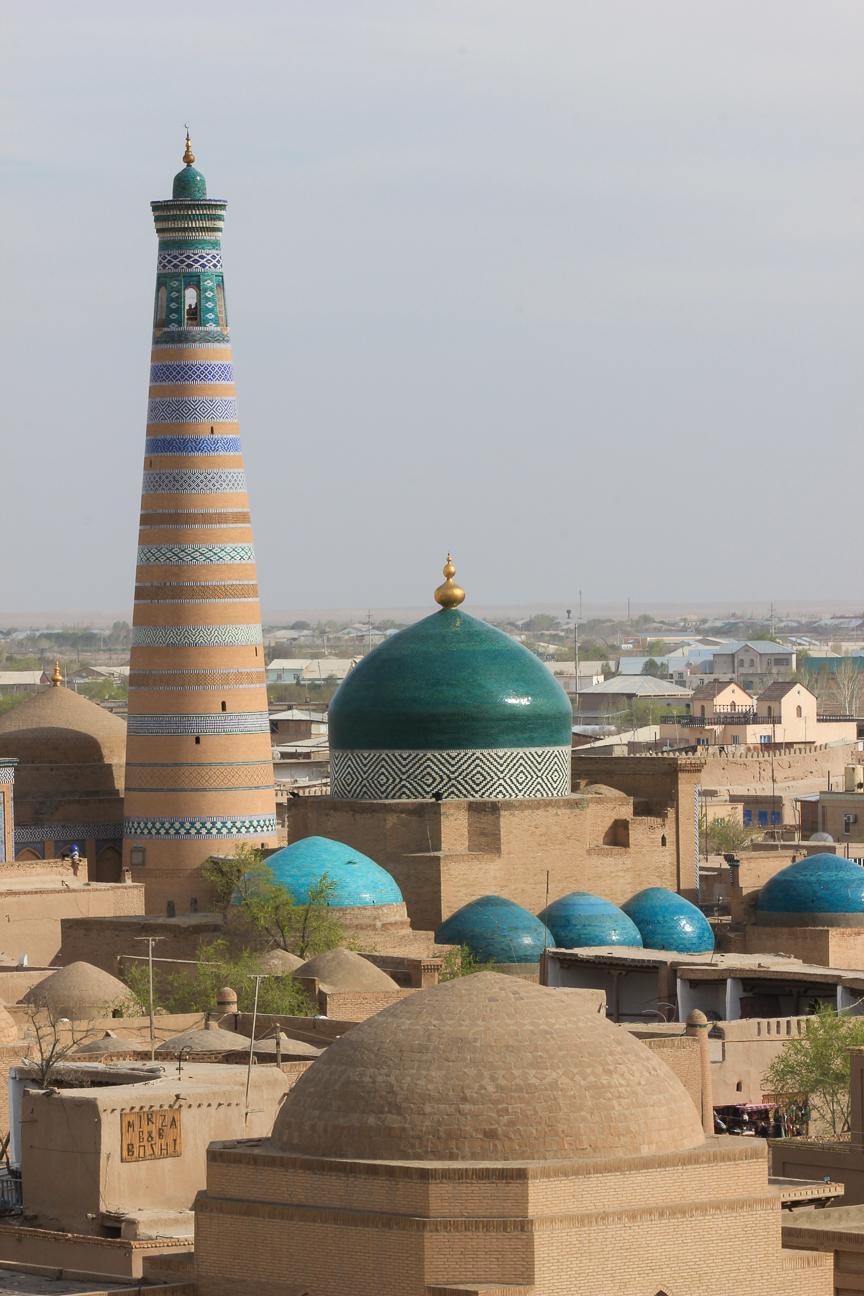 Minarete Islam Khoja visto desde el Kunya Ark