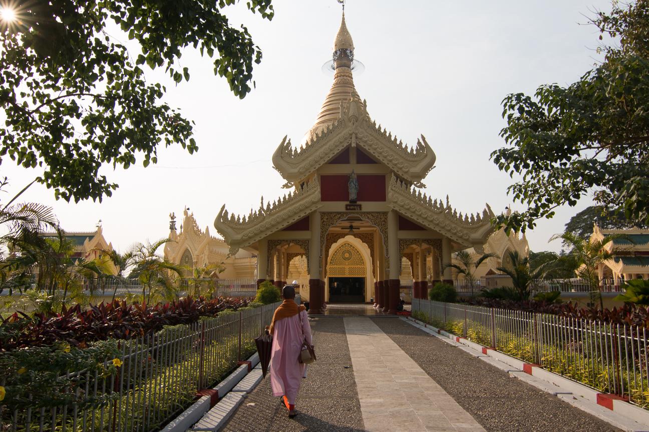 Monja entrando en la Maha Wizaya Paya