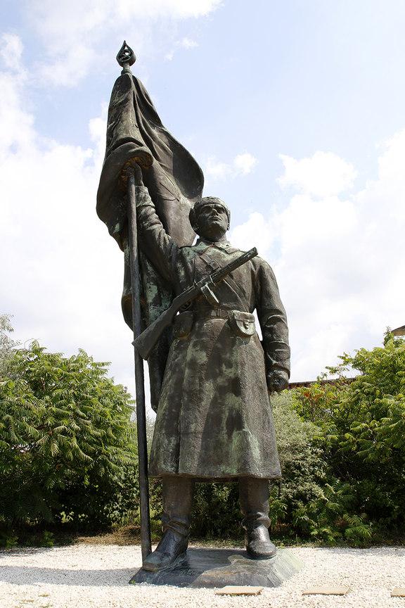 Monumento Soldado Sovietico con Bandera