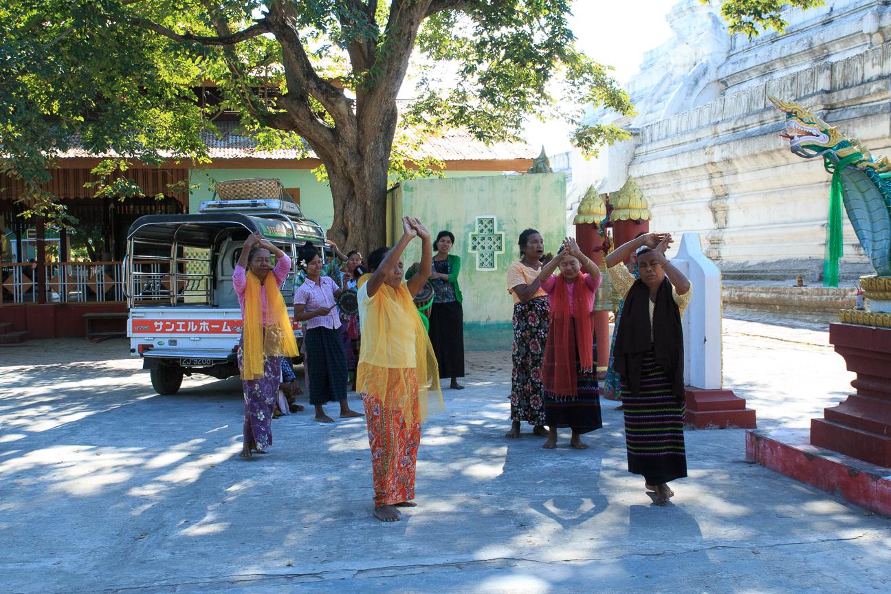 Mujeres rezando al dragon en Inwa
