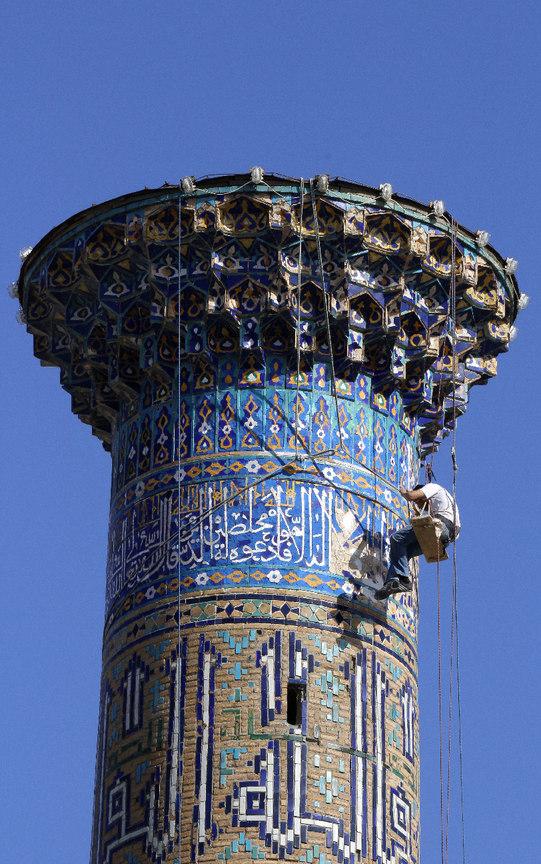 Obrero en lo alto de un minarete del Registan de Samarcanda
