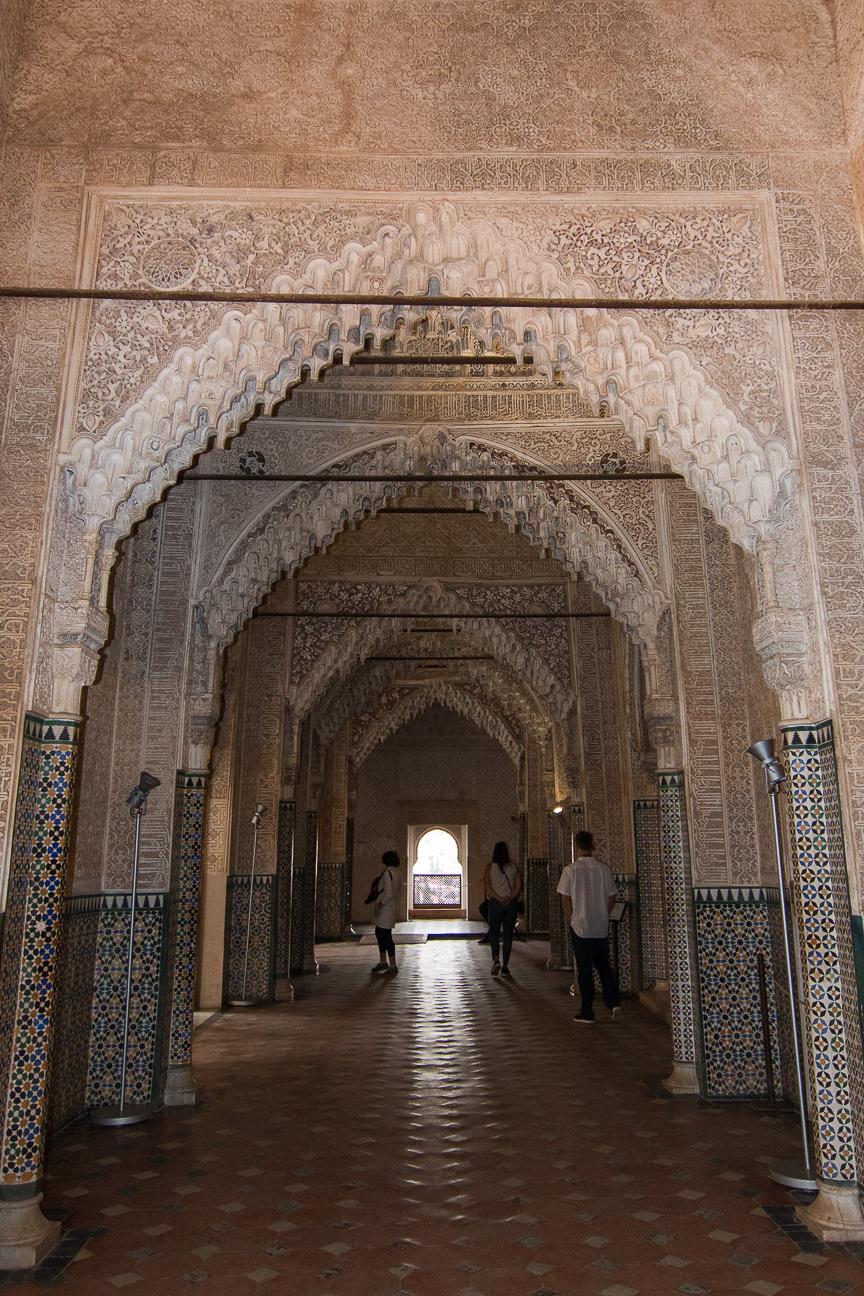 Pasillo con molduras de yeso en la Alhambra