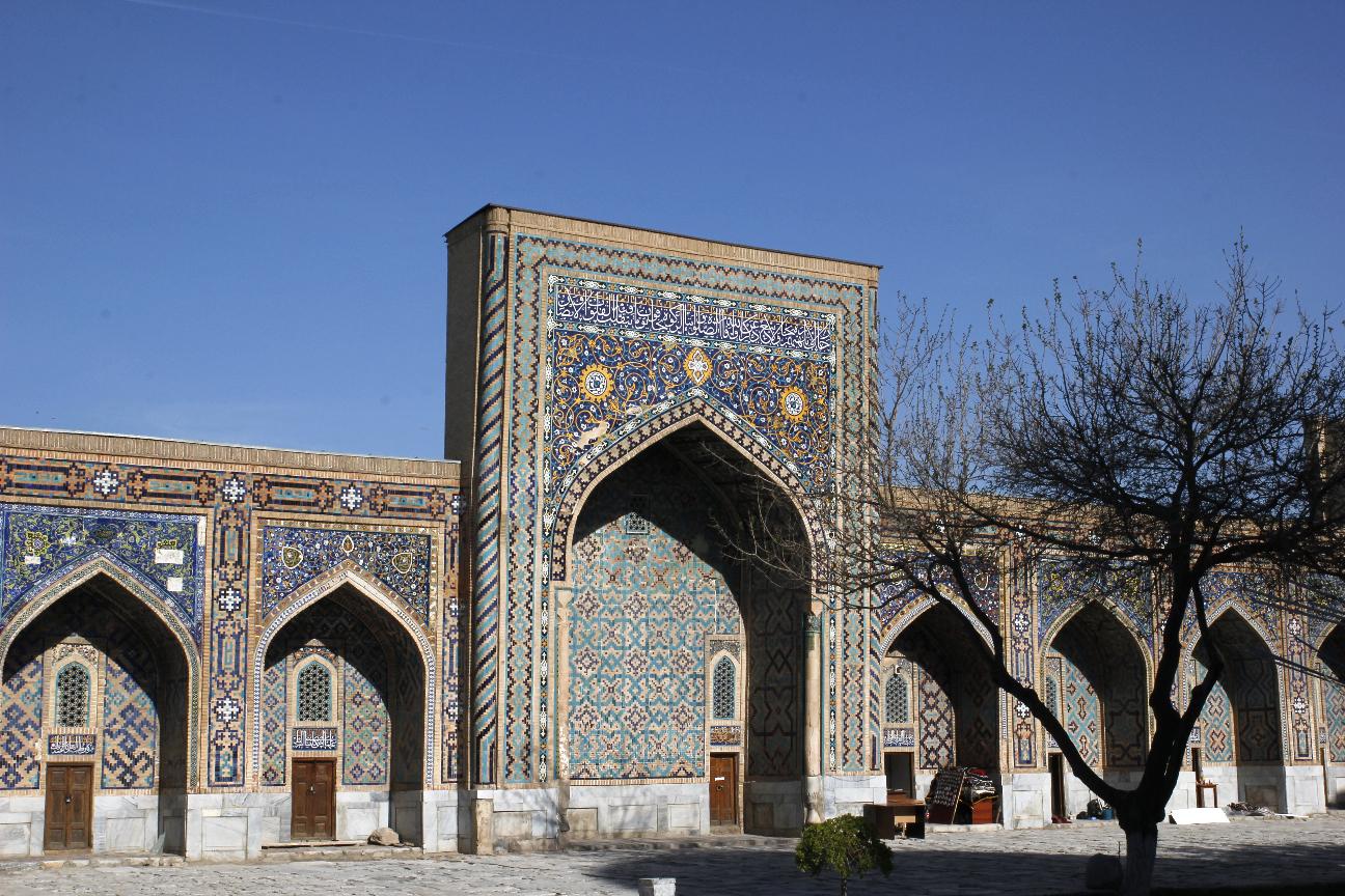 Patio de la madraza Tilla-Kori en el Registan de Samarcanda