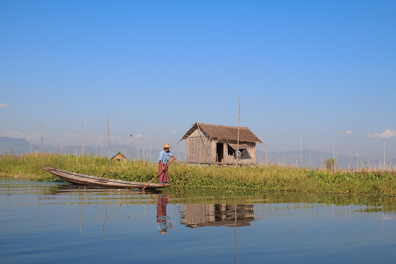 Pescador junto a su palafito