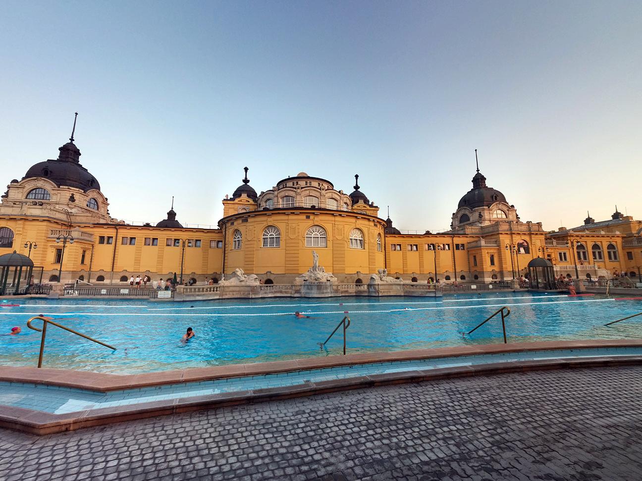 Piscina para nadar en el Szechenyi de Budapest