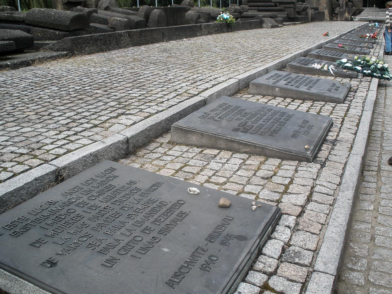 Placa conmemorativa en Auschwitz