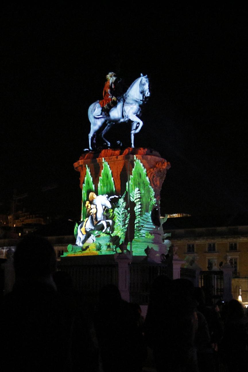 Jinete sobre el caballo de la plaza del comercio en Lisboa