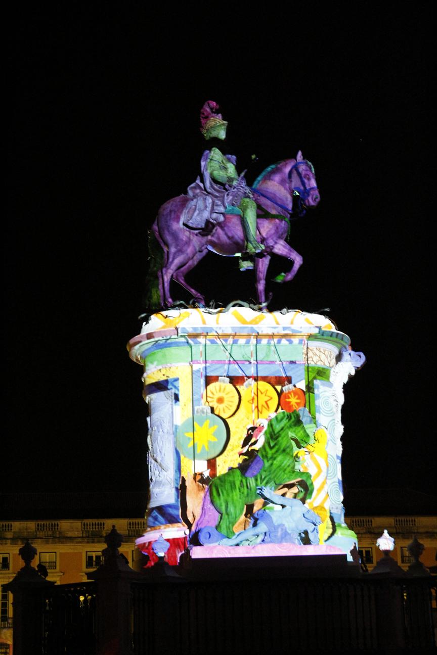 Caballo de la plaza del comercio iluminado